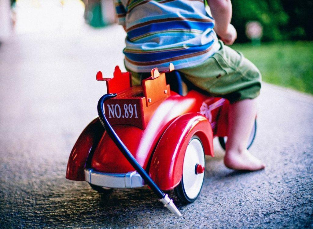 barn på sparkbil