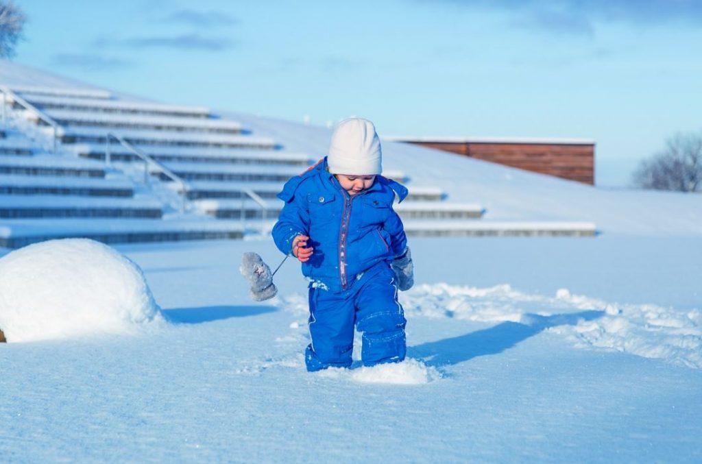pojke i vinteroverall