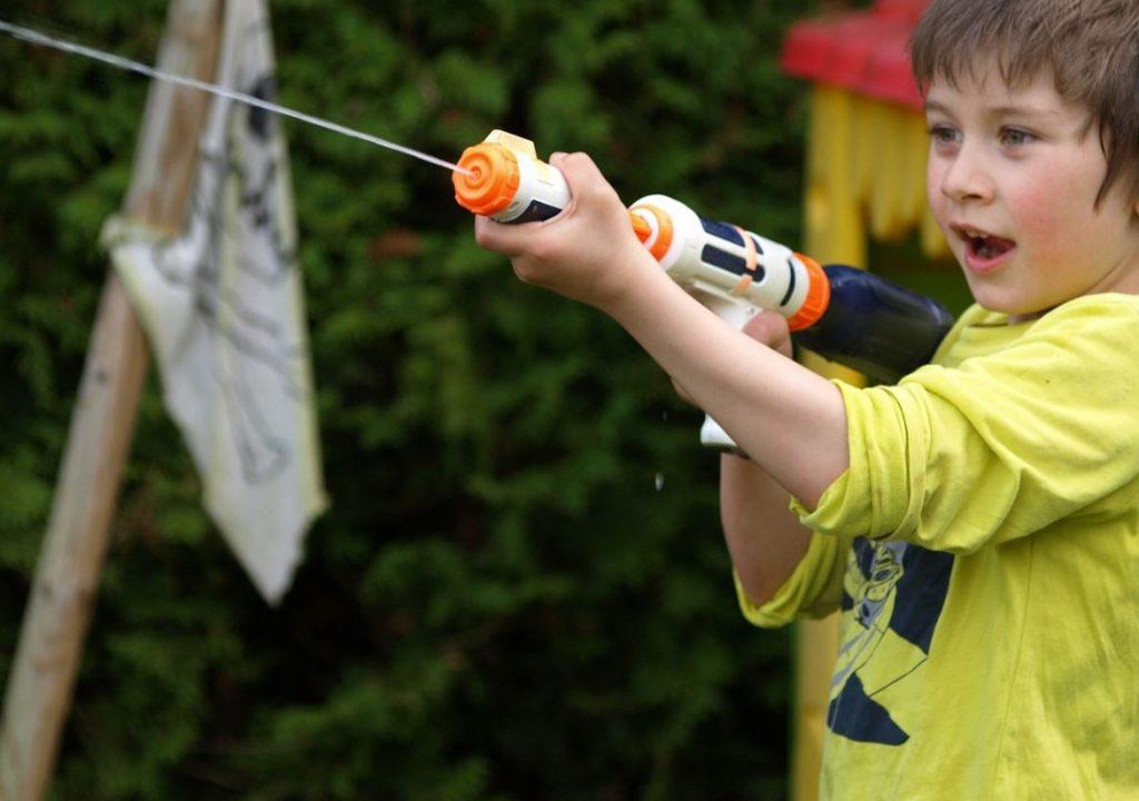 pojke med vattenpistol