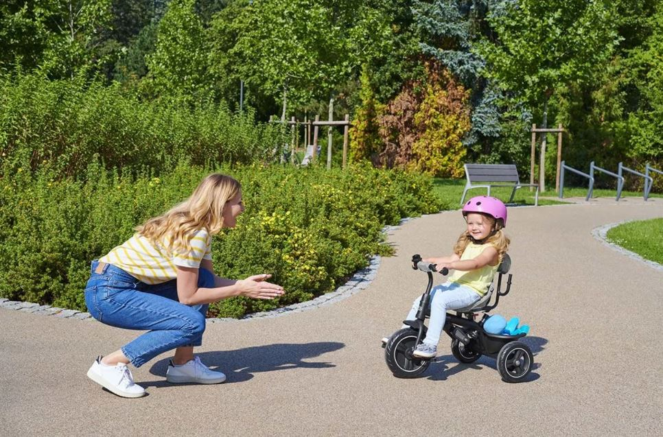 liten flicka på trehjuling